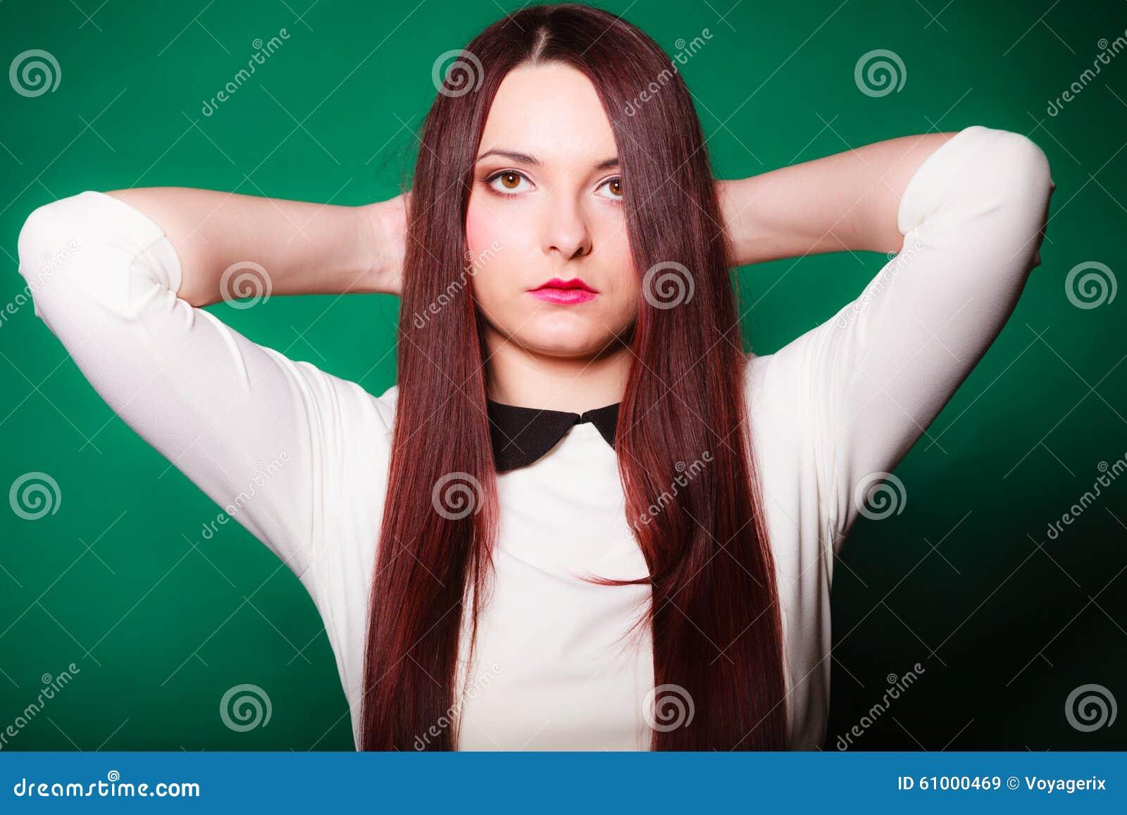 Jovem mulher da beleza no cabelo longo reto