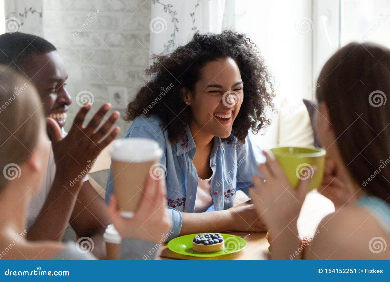A jovem mulher da raça misturada que ri em melhores amigos graceja