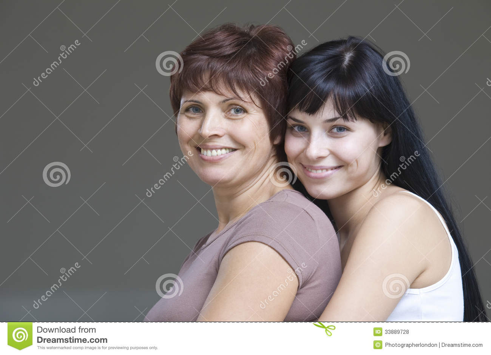 Jovem mulher de sorriso com sua mãe