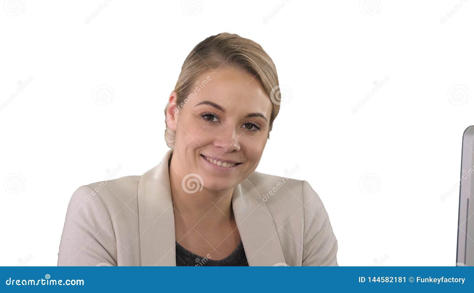 Jovem mulher de sorriso que olha a câmera, fundo branco