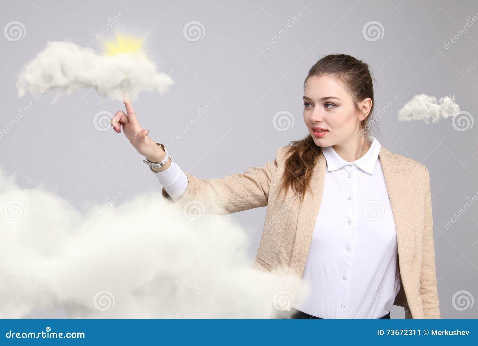 Jovem mulher e sol que brilham para fora atrás das nuvens, da computação da nuvem ou do conceito do tempo