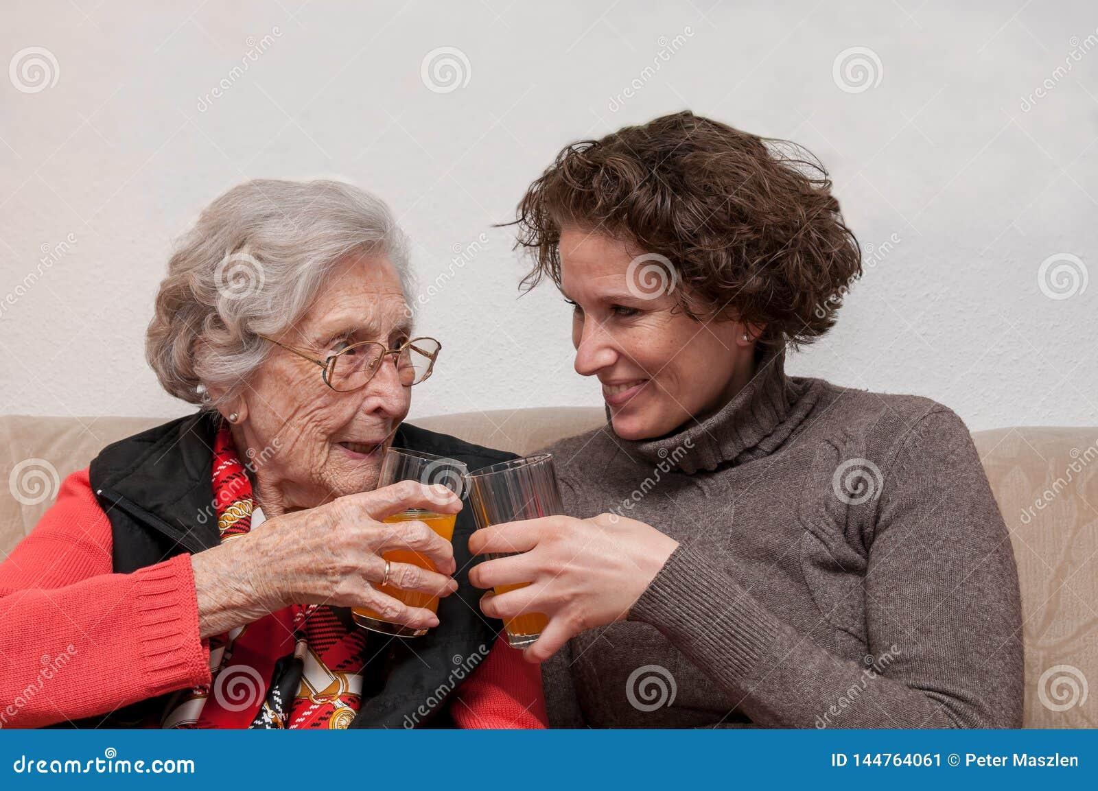 Jovem mulher e mulher superior que têm o divertimento junto