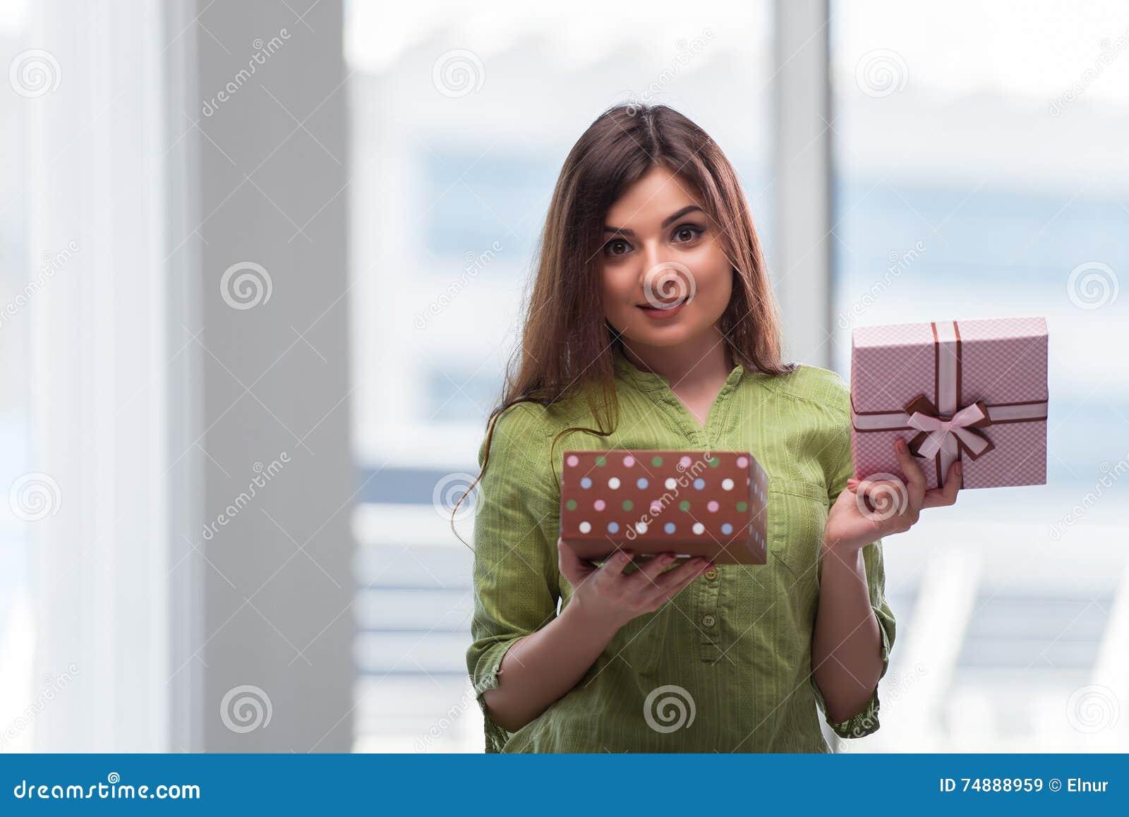 A jovem mulher entusiasmado com giftbox