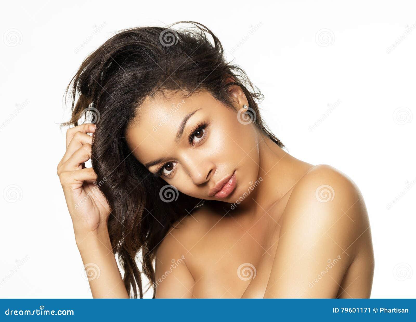 Jovem mulher exótica bonita com tons de pele dourados de seda