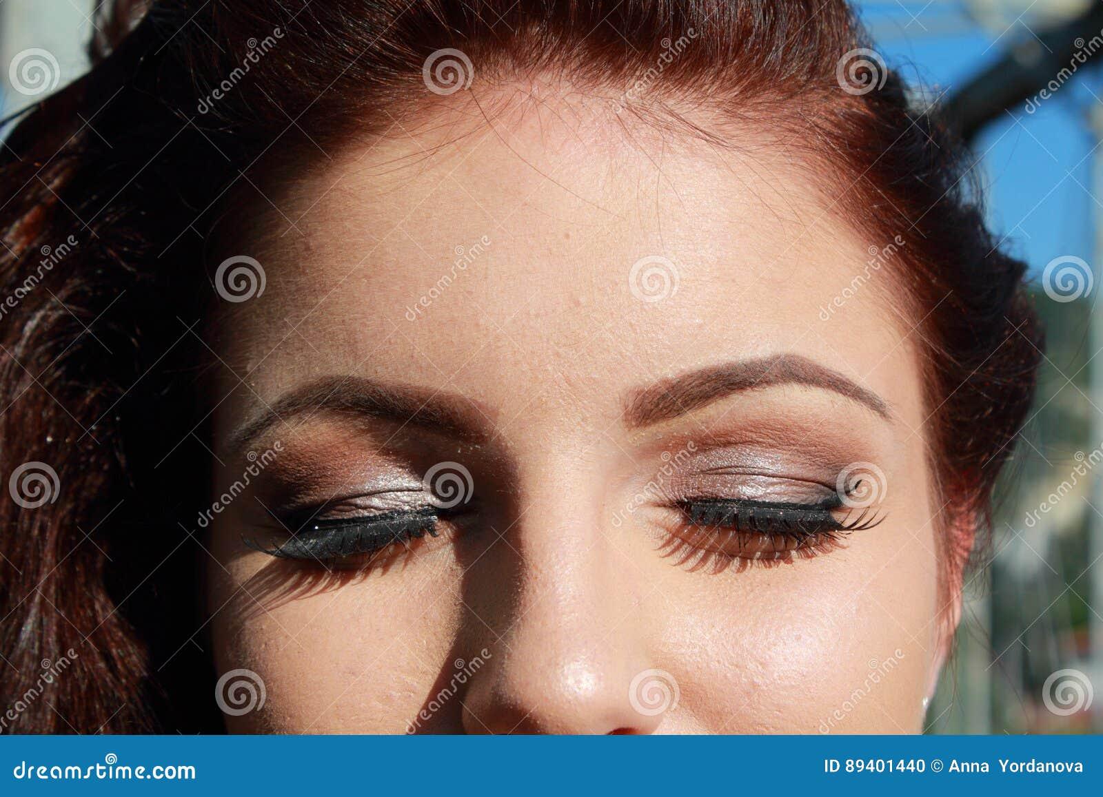 Jovem mulher fechado dos olhos da composição