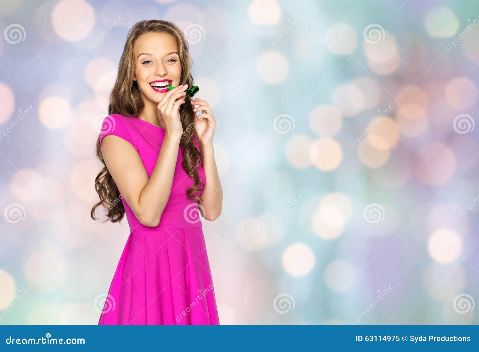Jovem Mulher Feliz Ou Menina Adolescente Com Chifre Do Partido Imagem De Stock