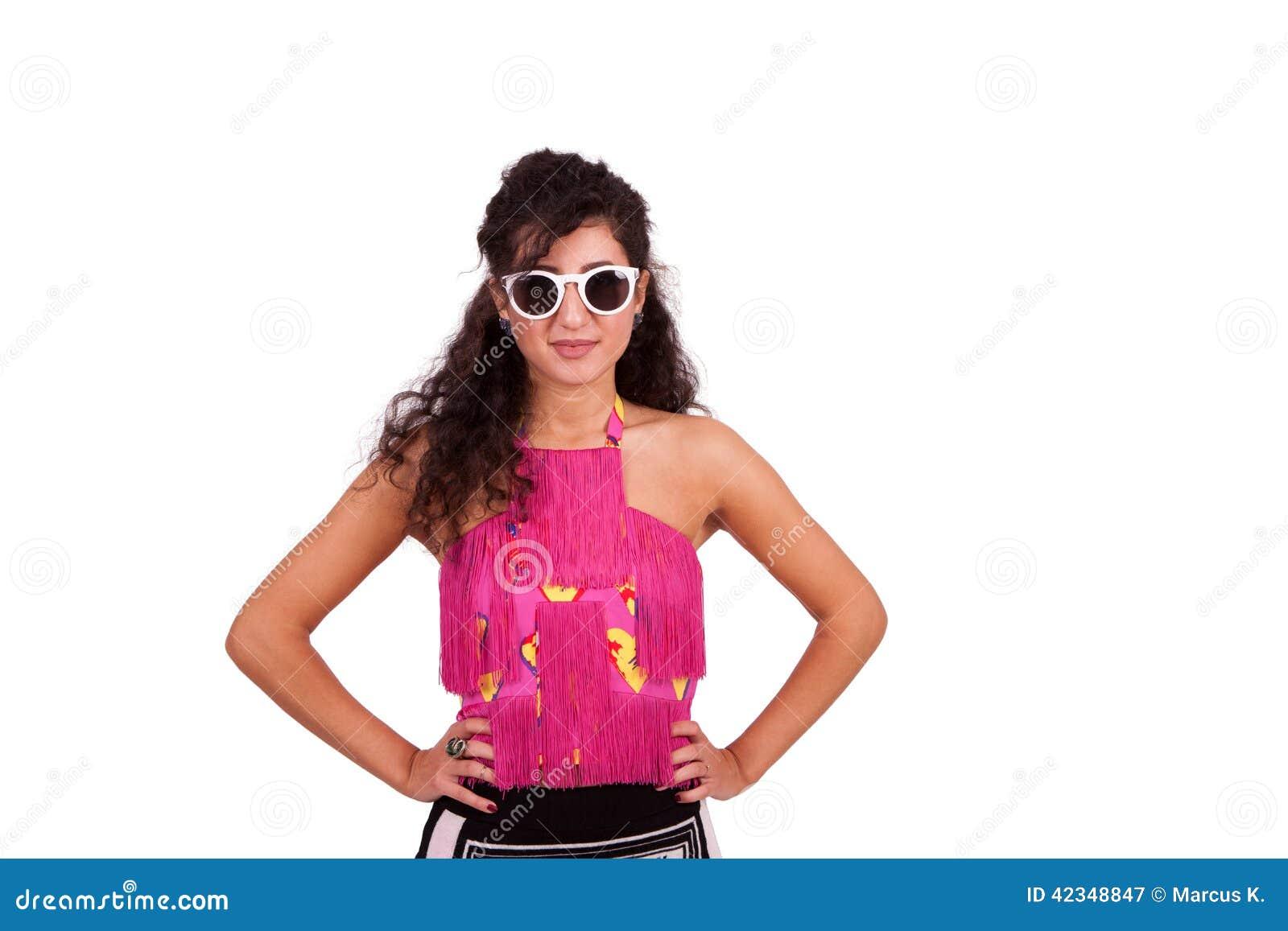 Jovem mulher feliz que levanta com mãos nos quadris