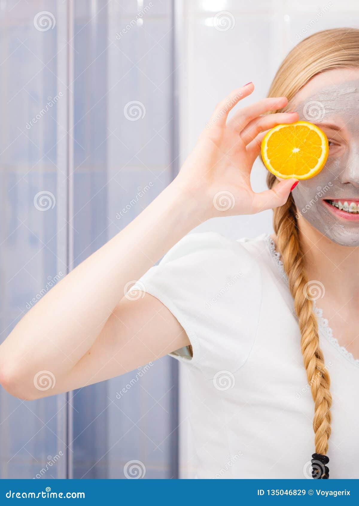 Jovem mulher feliz que tem a máscara protetora que guarda o quivi