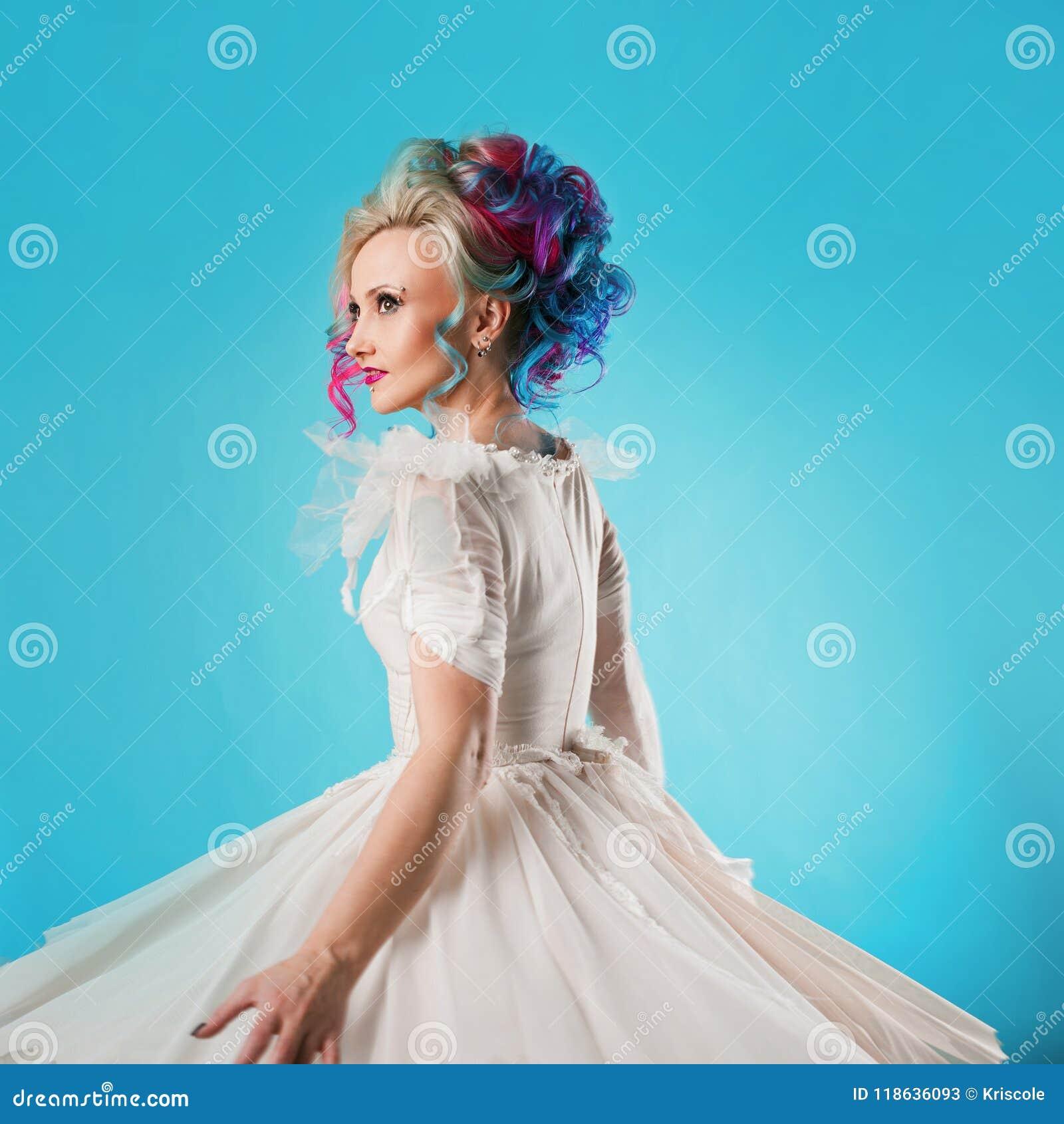 Jovem mulher fresca com cabelo colorido Penteado à moda, estilo informal