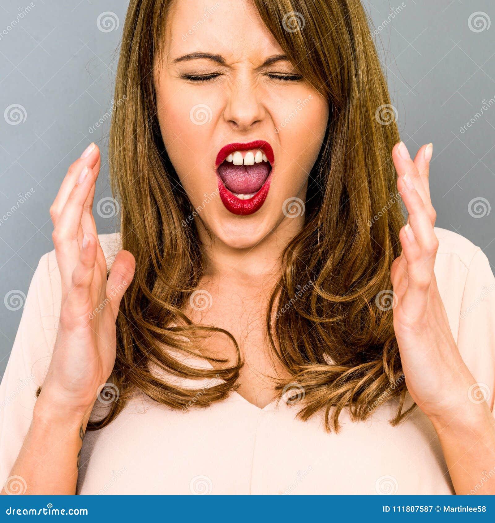 Jovem mulher frustrante que grita na raiva