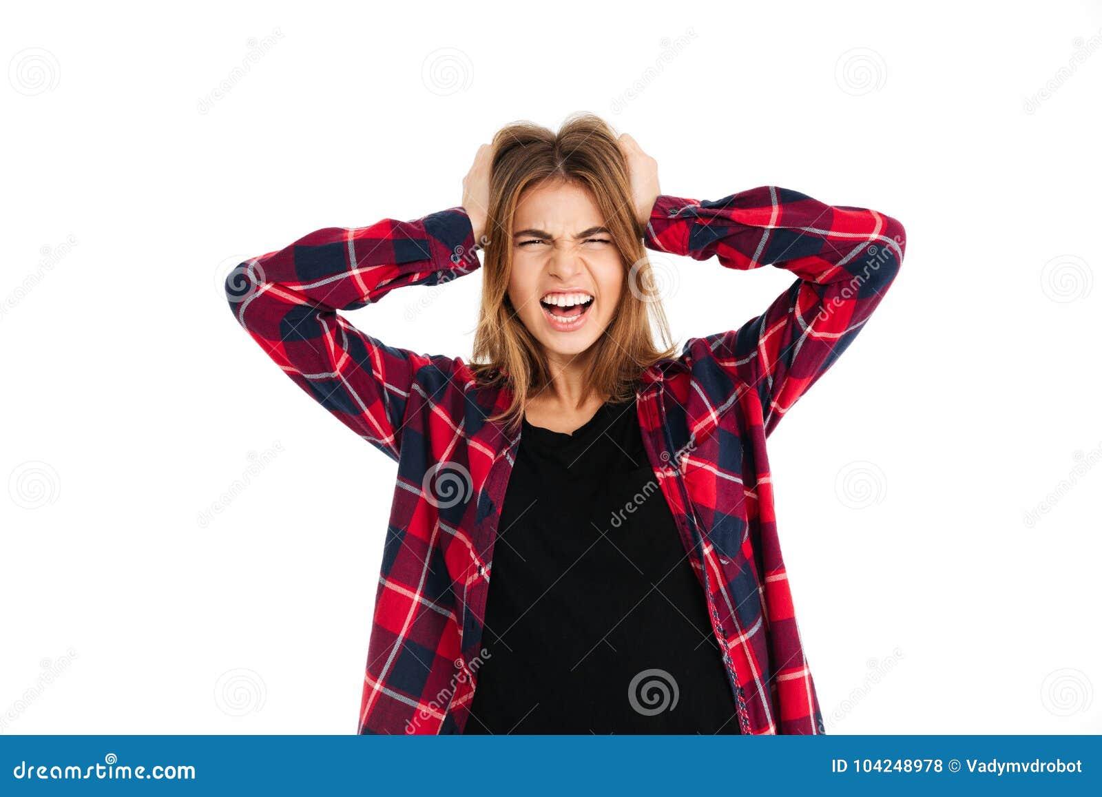 Jovem mulher irritada gritando que olha a câmera