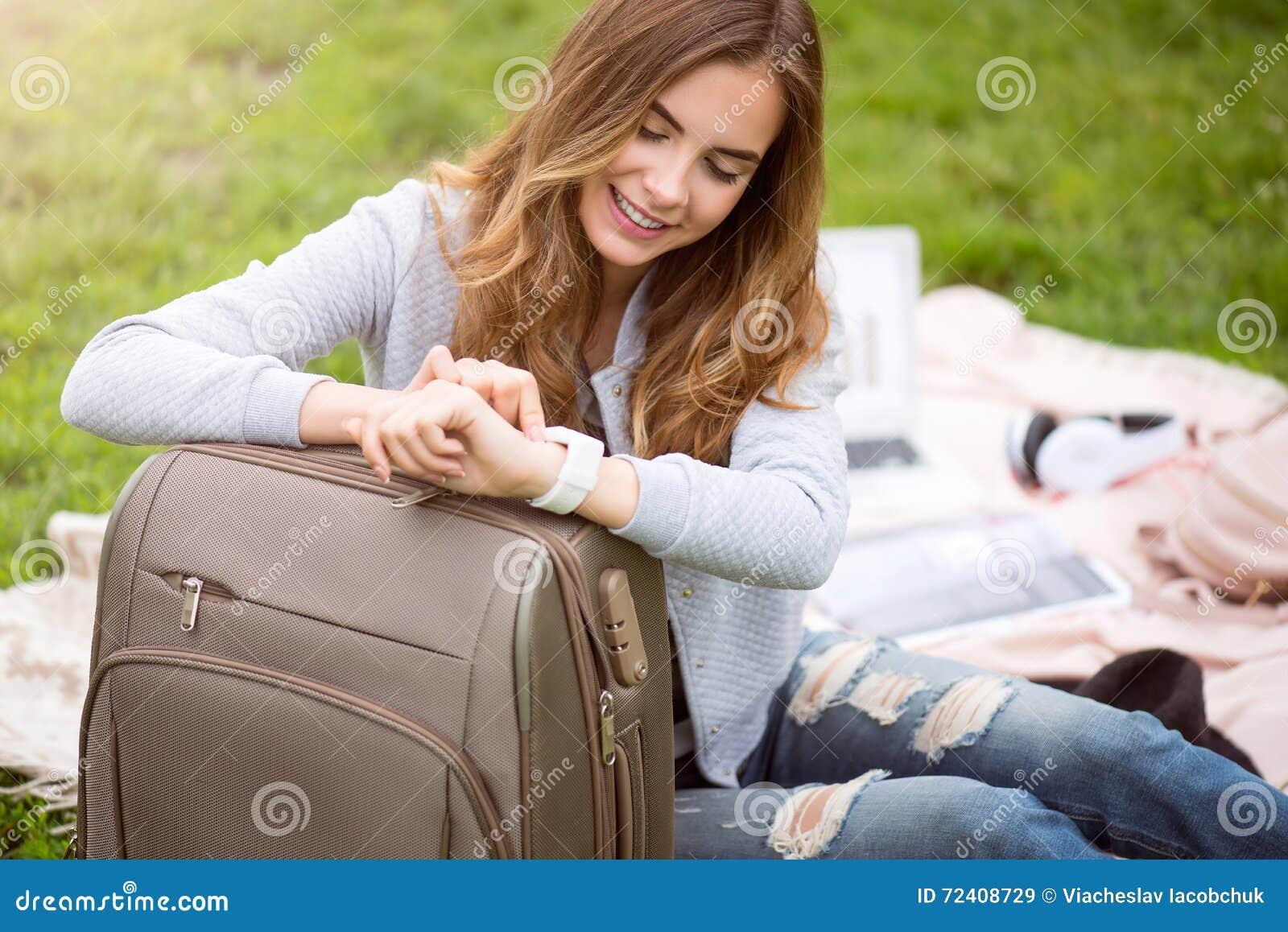 Jovem mulher moderna em um parque