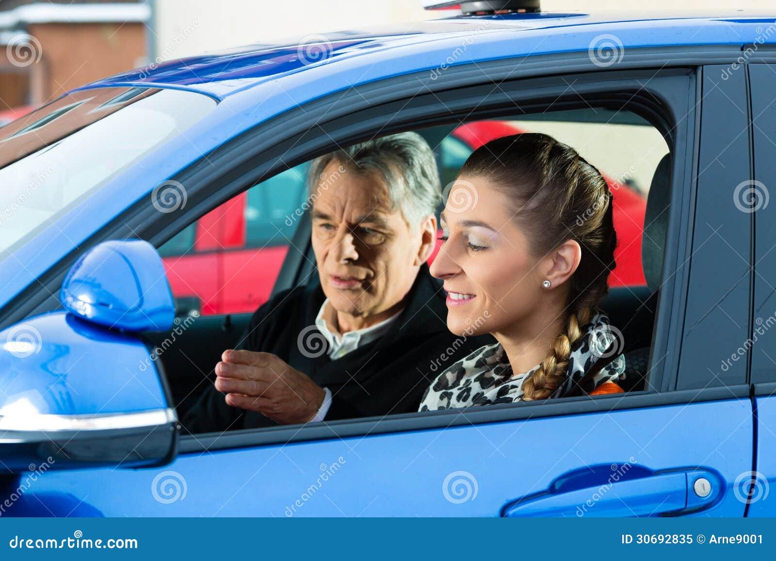 Jovem mulher na lição de condução