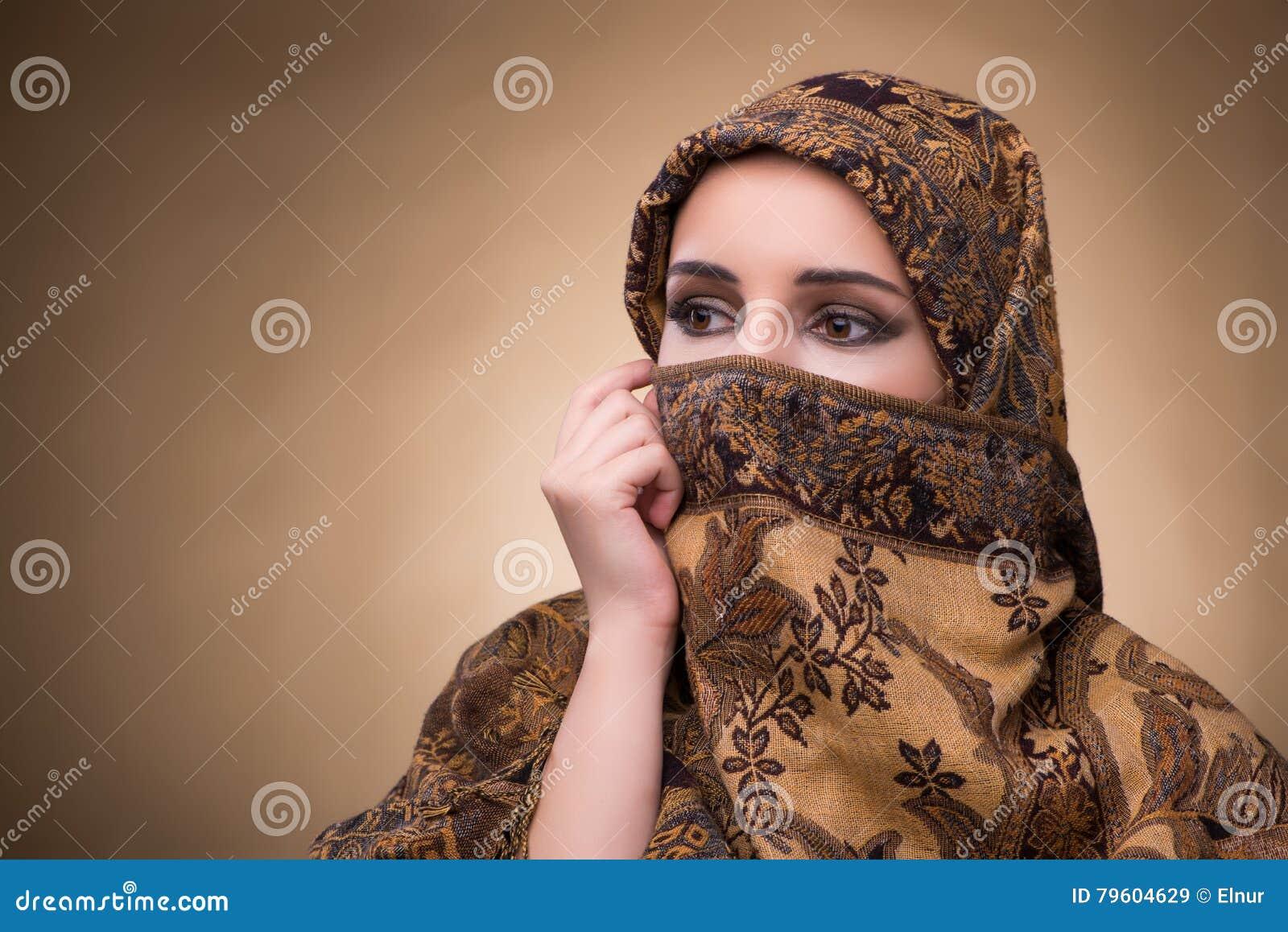 A jovem mulher na roupa muçulmana tradicional