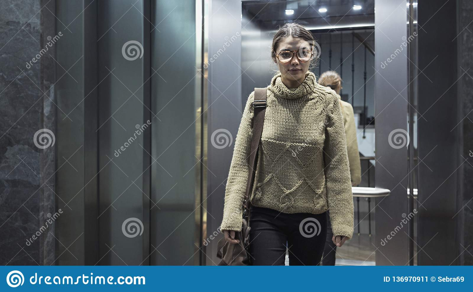 Jovem mulher no elevador