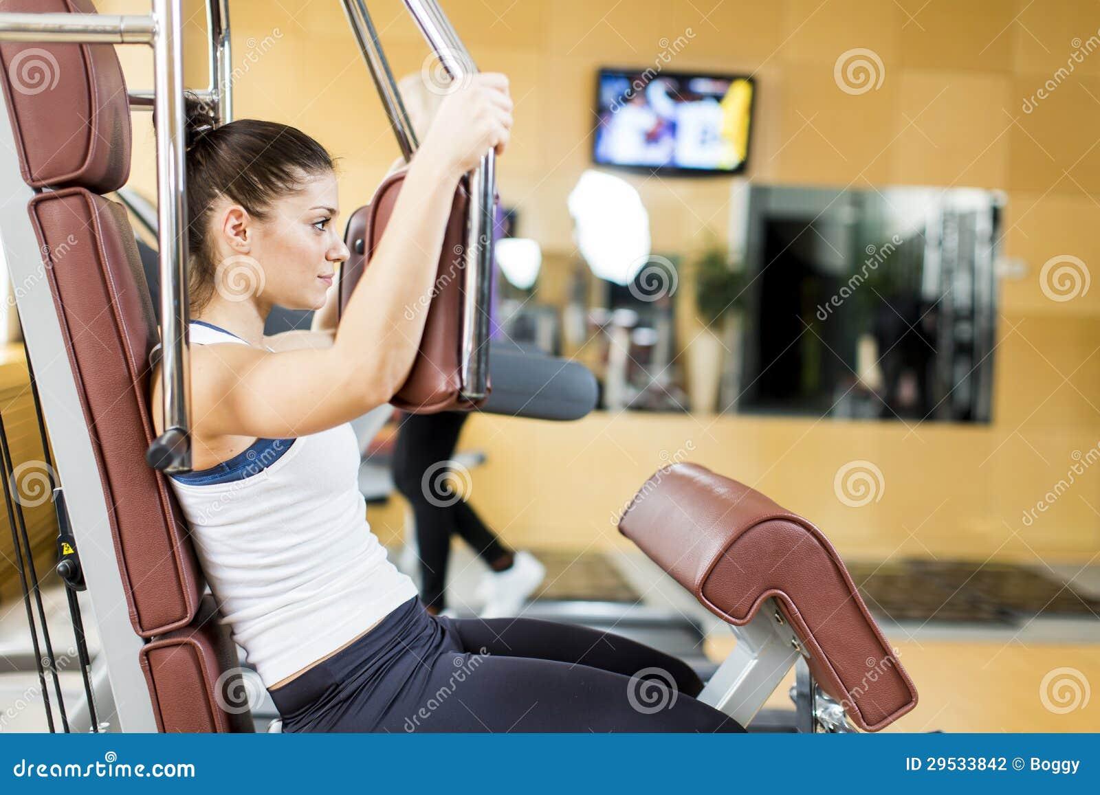 Jovem mulher no gym