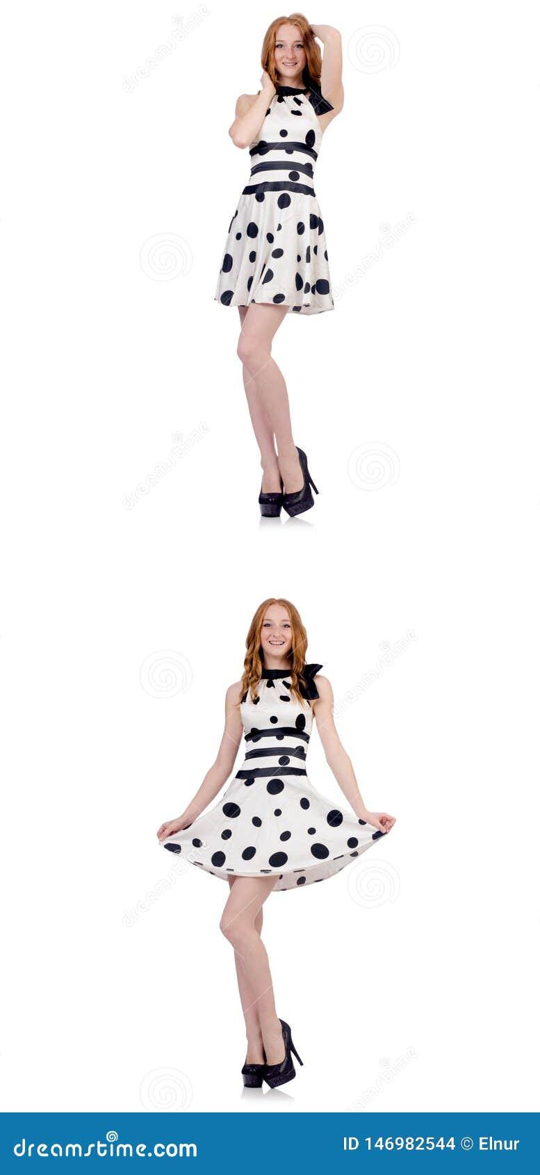 A jovem mulher no vestido do ?s bolinhas isolado no branco