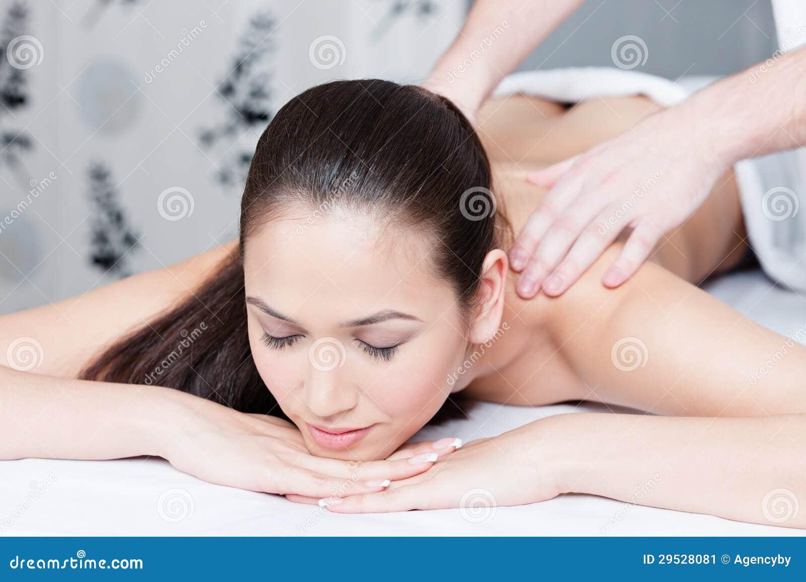 A jovem mulher obtem a terapia da massagem