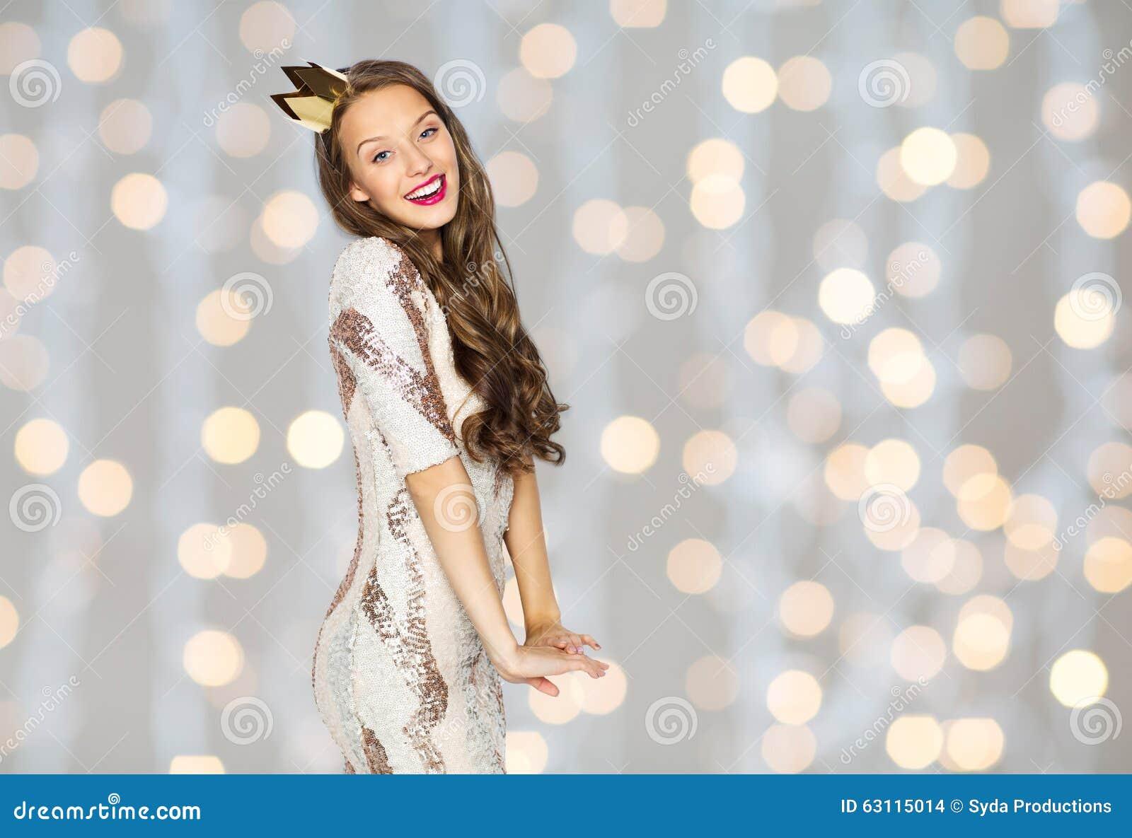 Jovem Mulher Ou Menina Feliz No Vestido E Na Coroa De Partido Foto De Stock