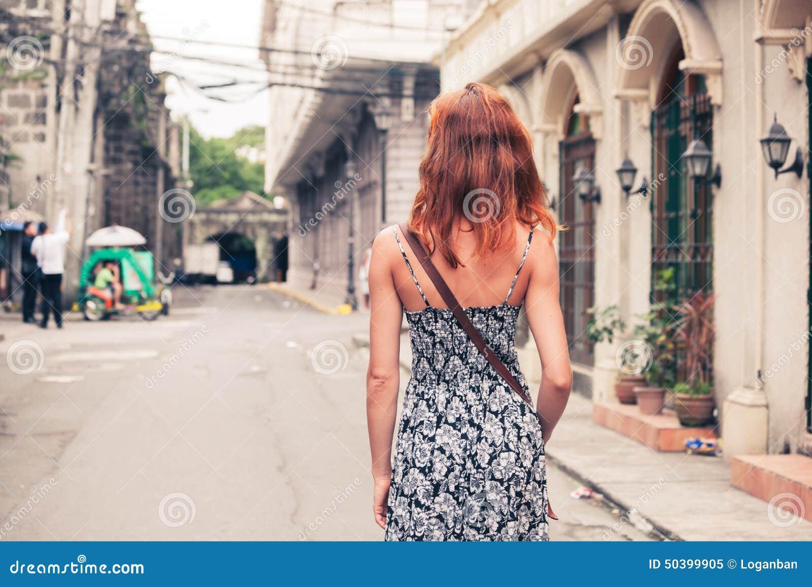 Jovem mulher que anda em Manila