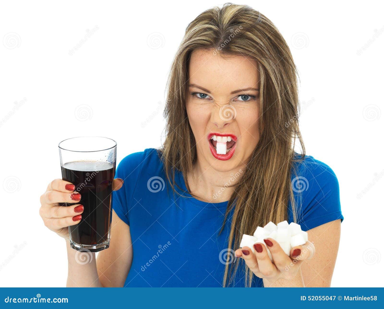 Jovem mulher que bebe Sugar Fizzy Drink alto