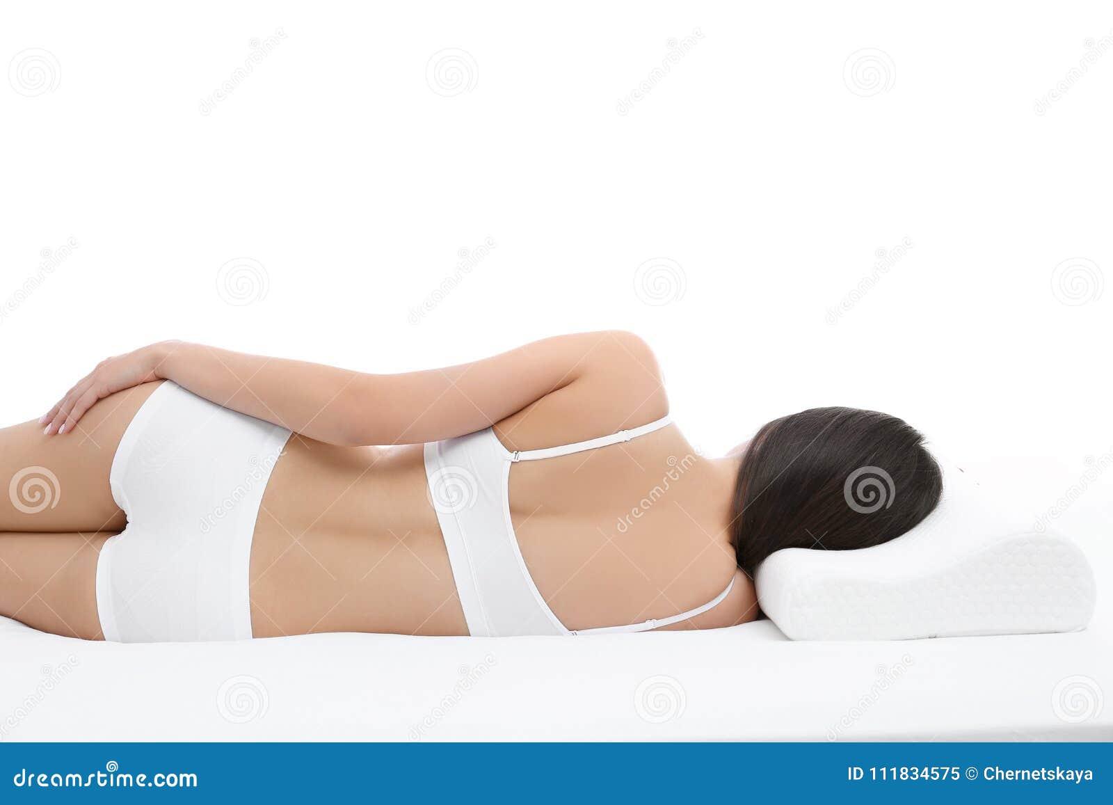 Jovem mulher que encontra-se na cama com descanso ortopédico