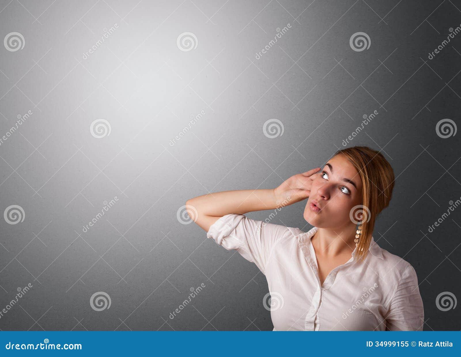 Jovem mulher que faz gestos