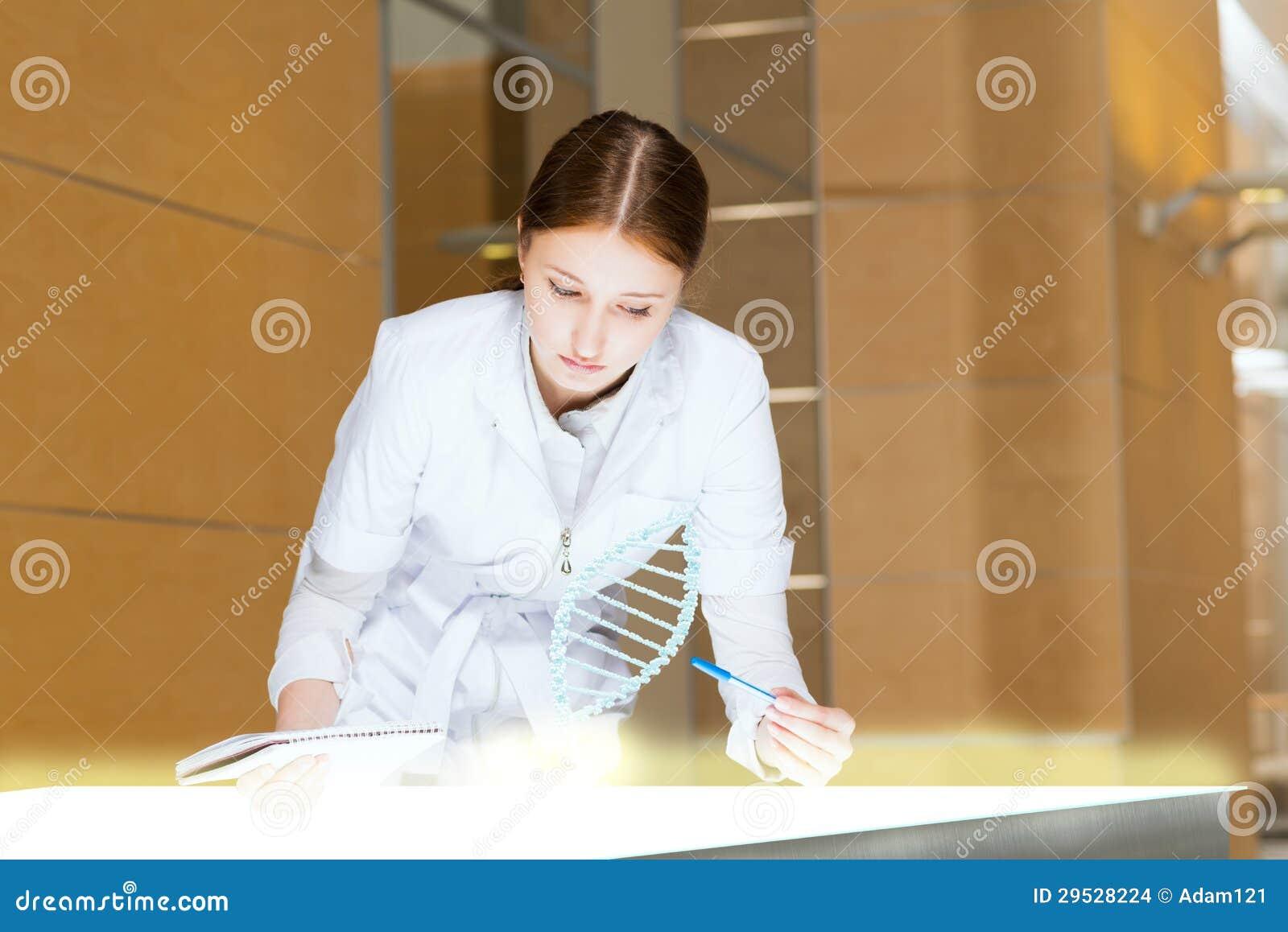Jovem mulher que faz a pesquisa
