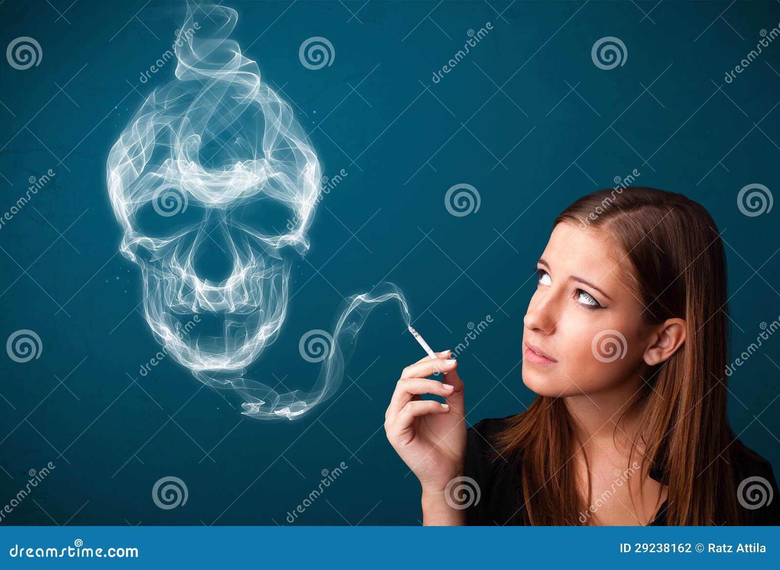 Download Jovem Mulher Que Fuma O Cigarro Perigoso Com Fumo Tóxico Do Crânio Foto de Stock - Imagem de horror, evil: 29238162