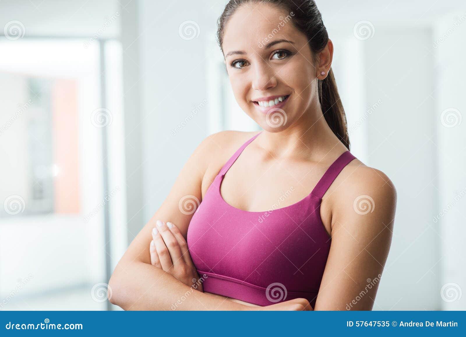Jovem mulher que levanta no gym