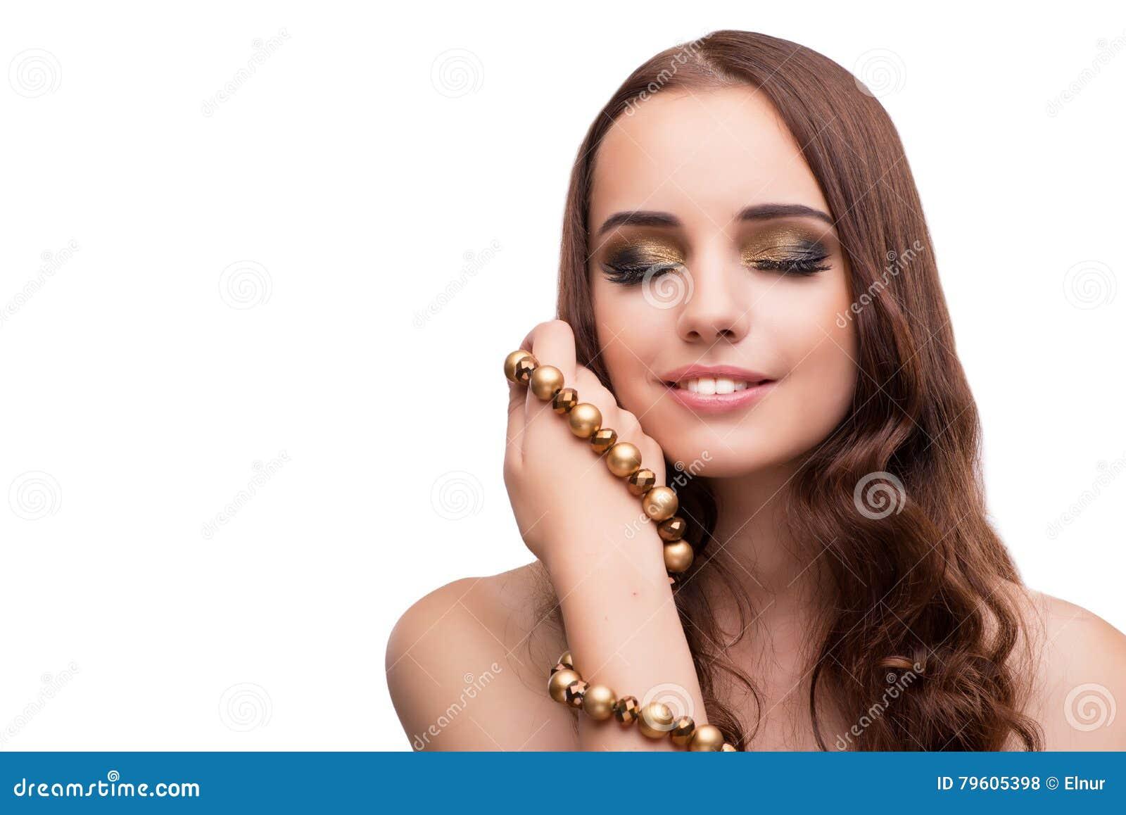 A jovem mulher que mostra fora sua joia isolada no branco