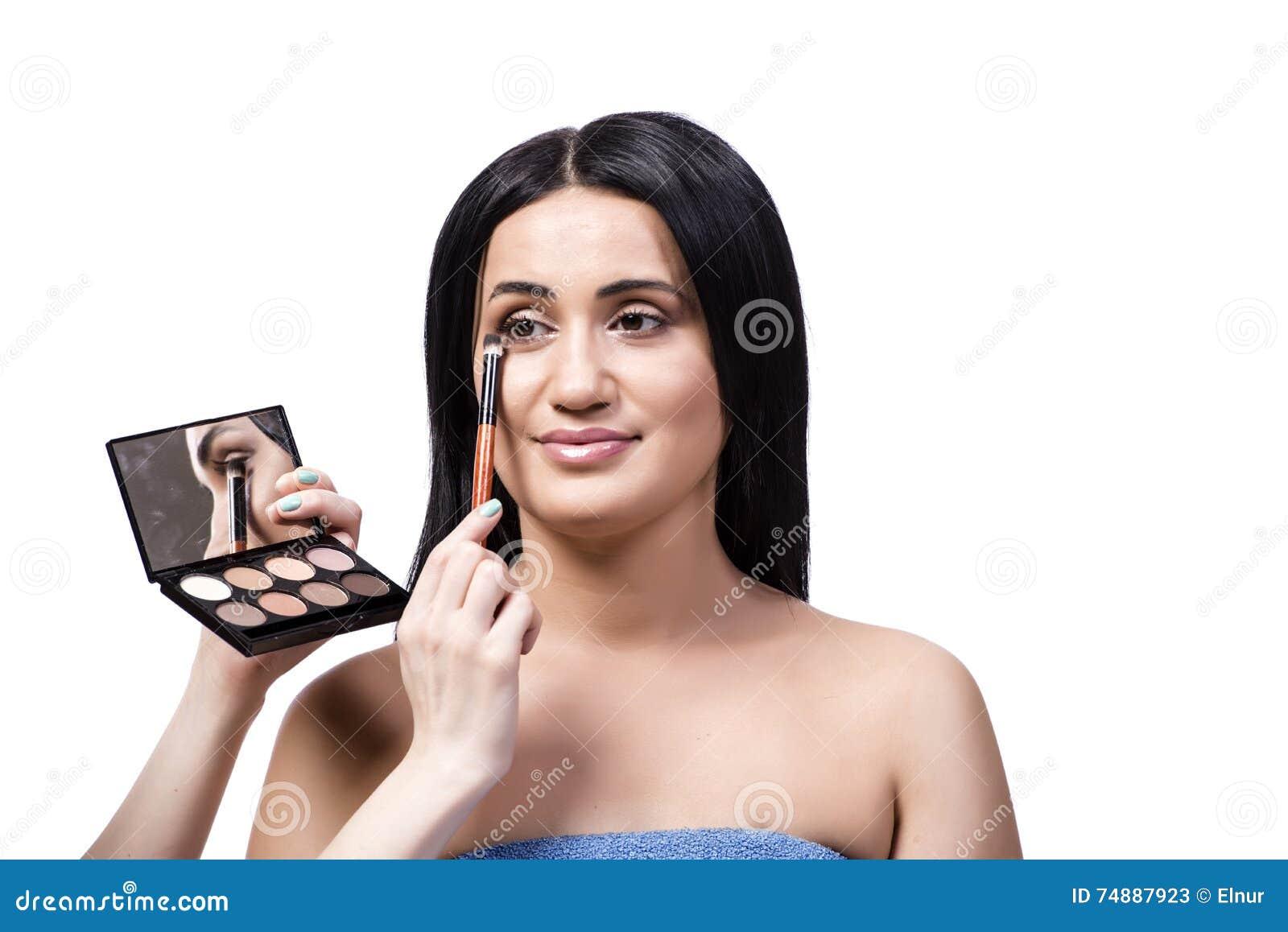 A jovem mulher que obtém a composição isolada no branco