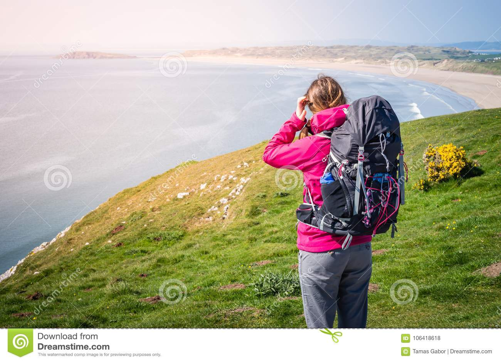 Jovem mulher que olha à distância de Cliff Over The Seashore me