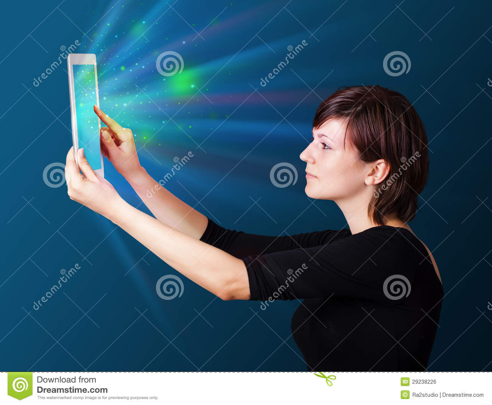 Download Jovem Mulher Que Olha A Tabuleta Moderna Com Luzes Abstratas Ilustração Stock - Ilustração de ilustração, dispositivo: 29238226