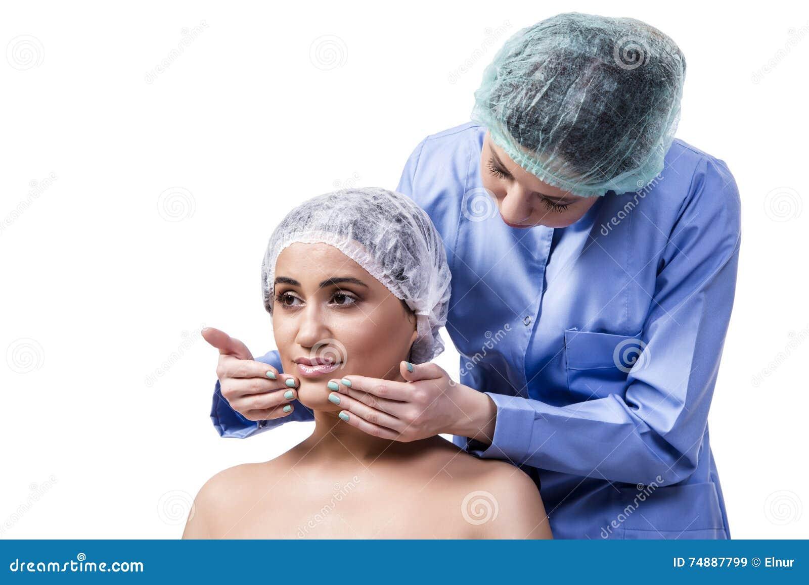 A jovem mulher que prepara-se para a cirurgia plástica isolada no branco