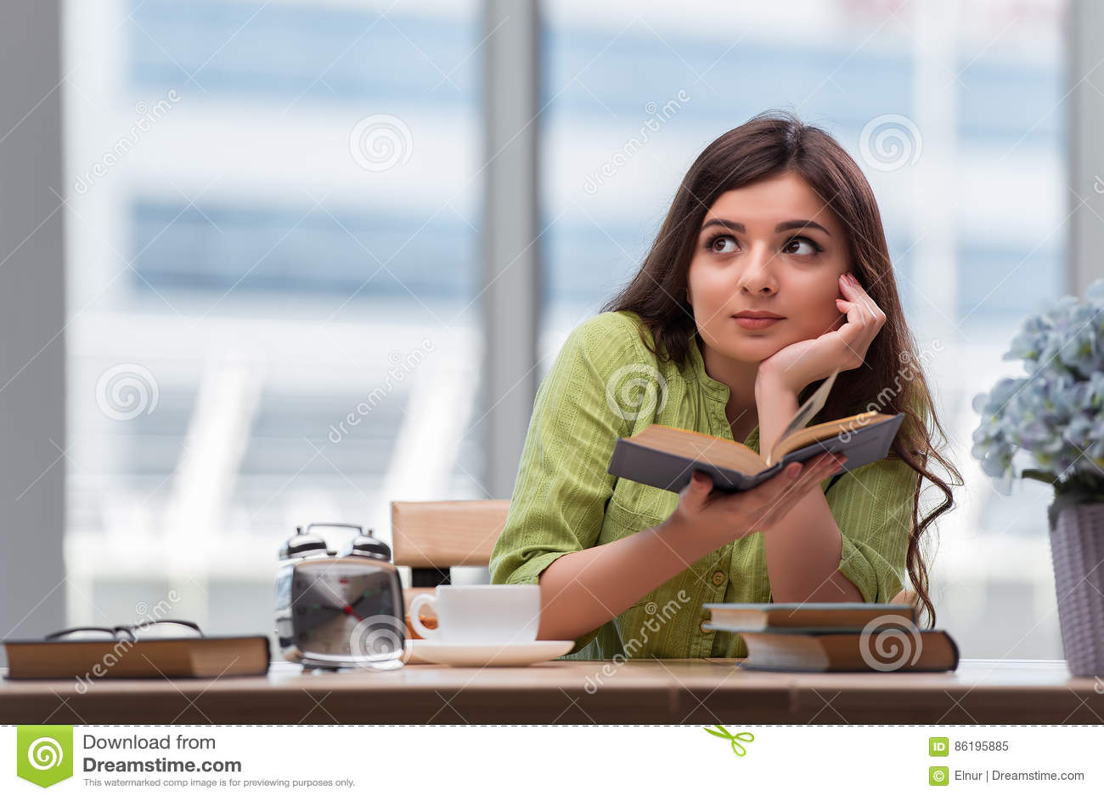 A jovem mulher que prepara-se para exames da escola