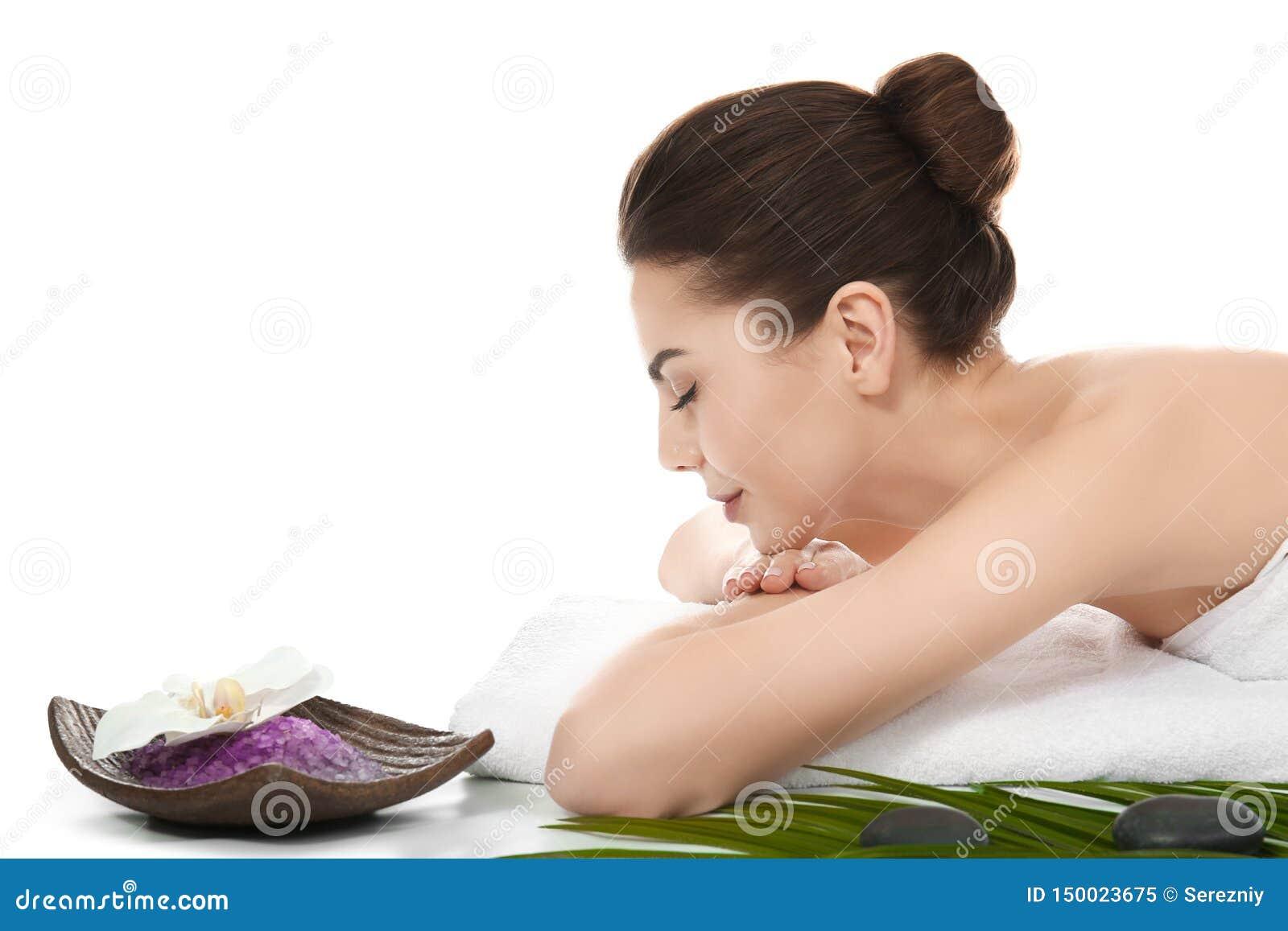 Jovem mulher que relaxa no fundo branco Termas - 7