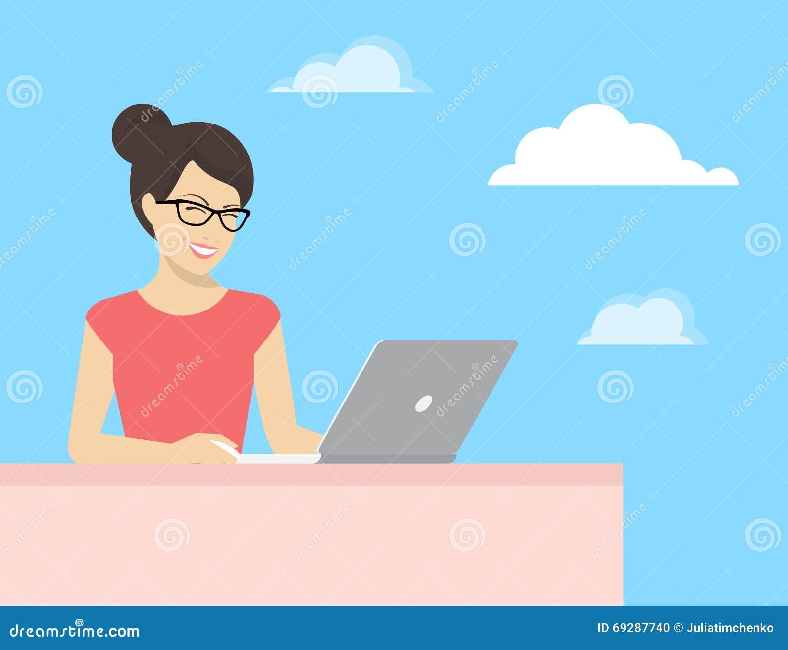 Jovem mulher que senta-se com portátil e leitura de sorriso algo na exposição