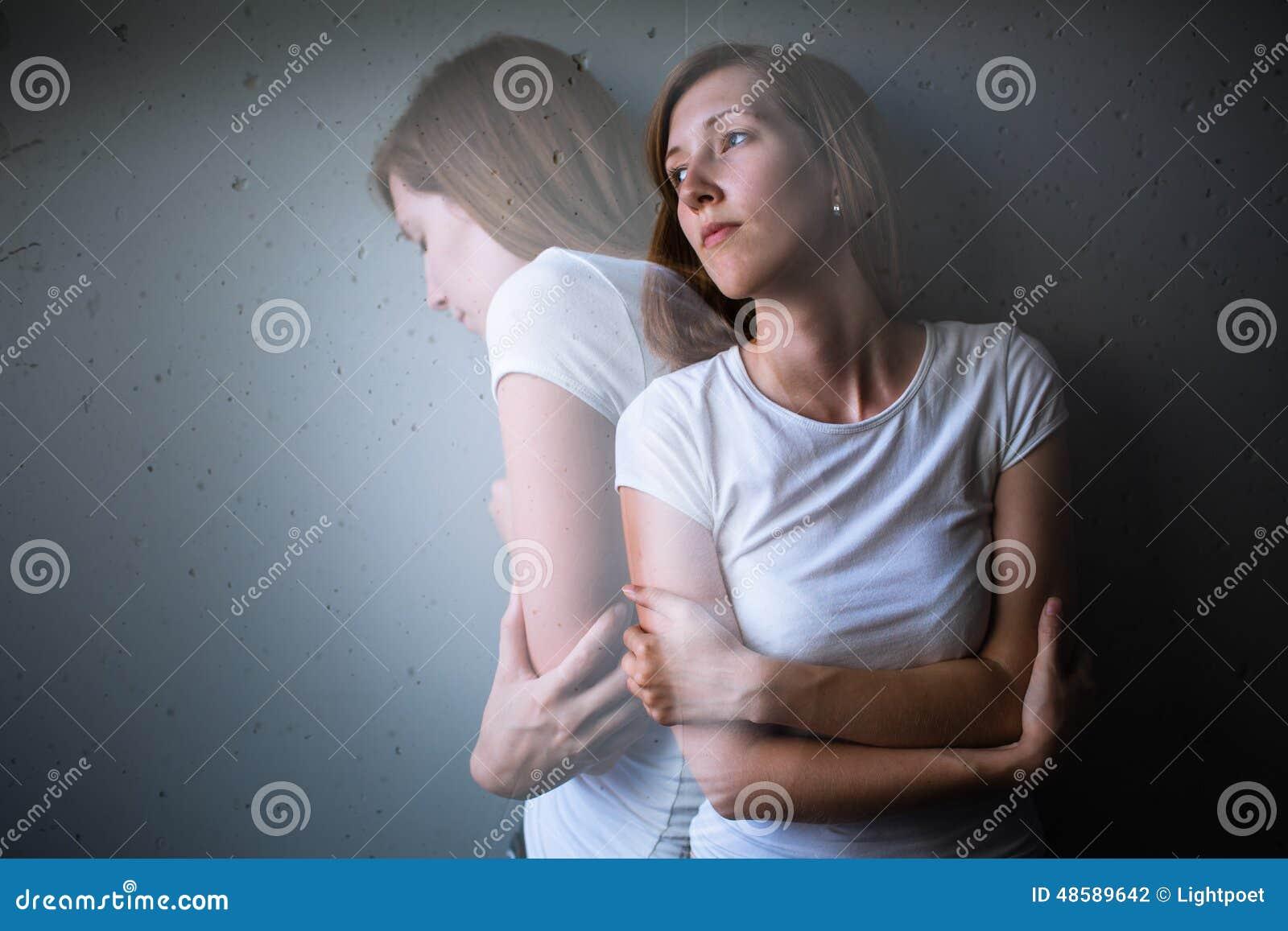 Jovem mulher que sofre de uma depressão/ansiedade severas