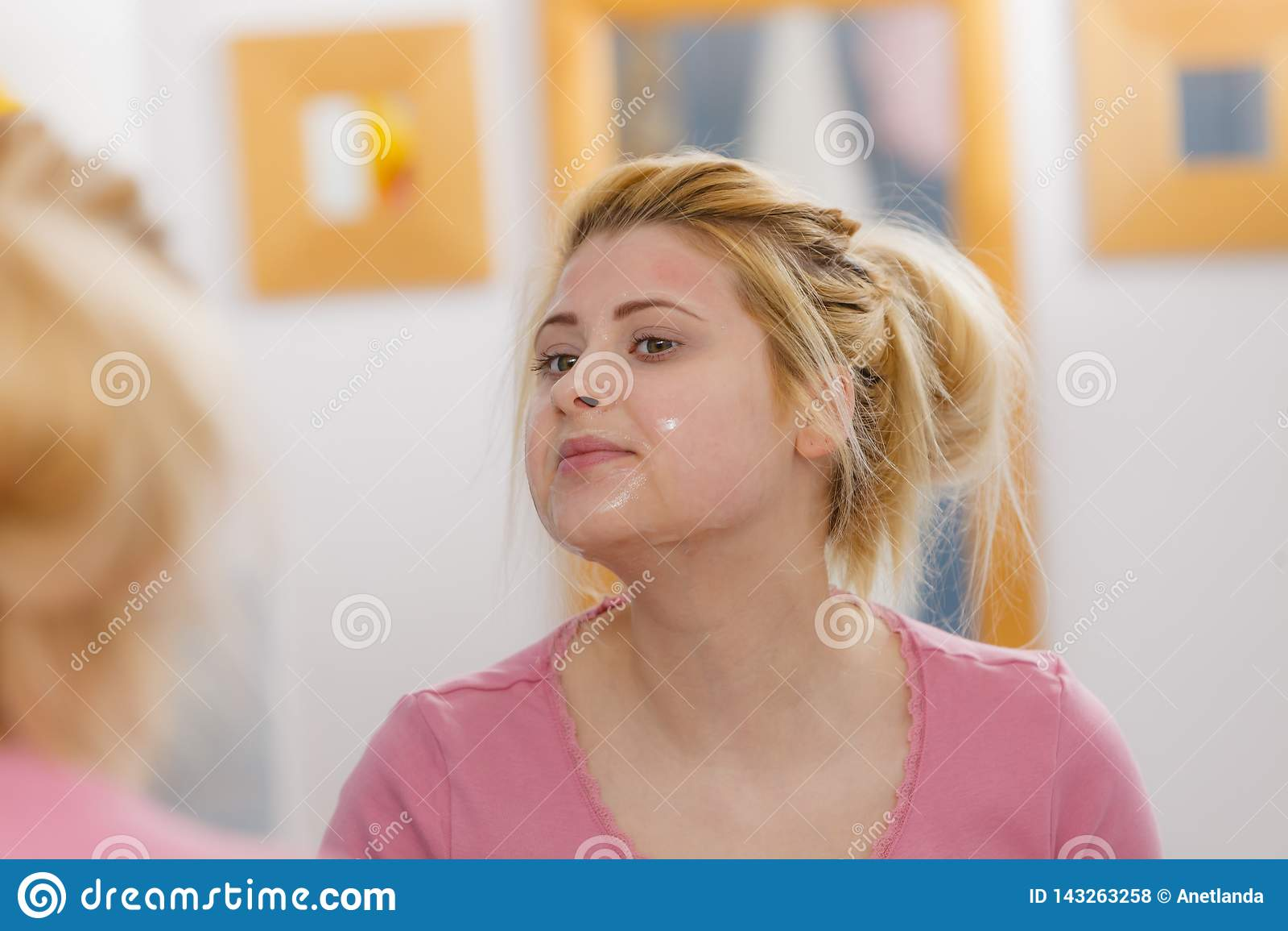 Jovem mulher que tem a máscara do gel na cara