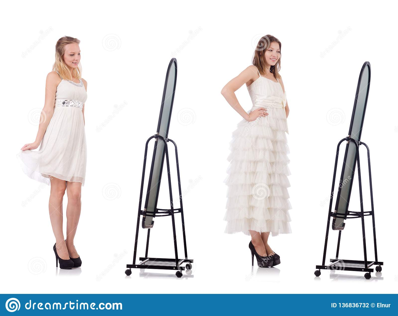 A jovem mulher que tenta o vestido novo na frente do espelho