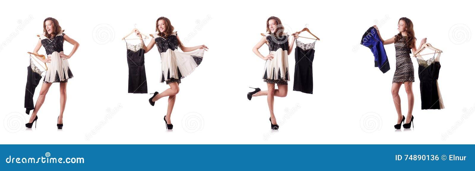 A jovem mulher que tenta a roupa nova no branco