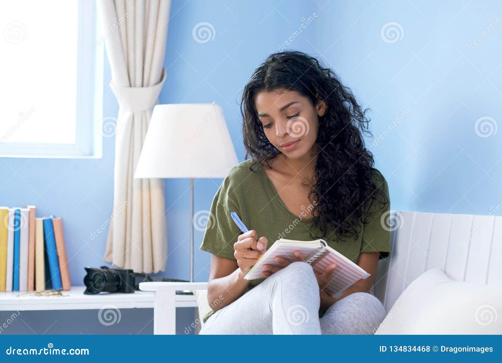 Jovem mulher que toma notas
