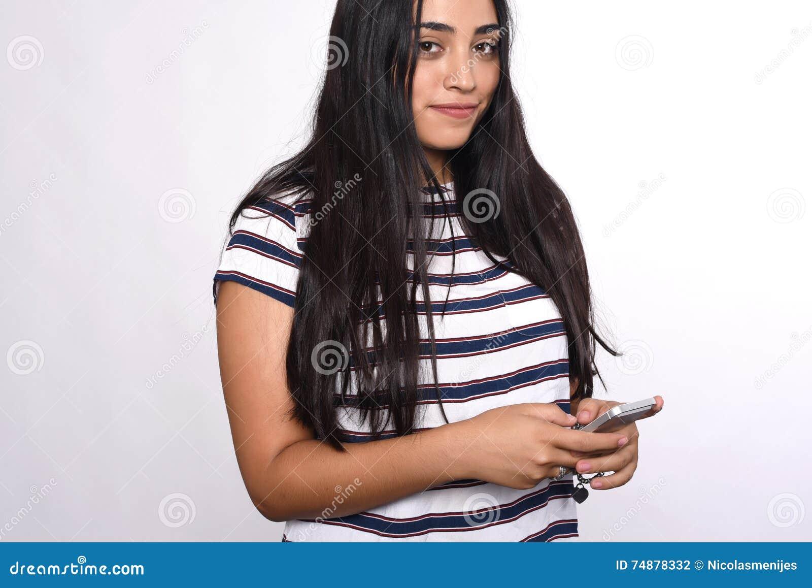 Jovem mulher que usa o smartphone