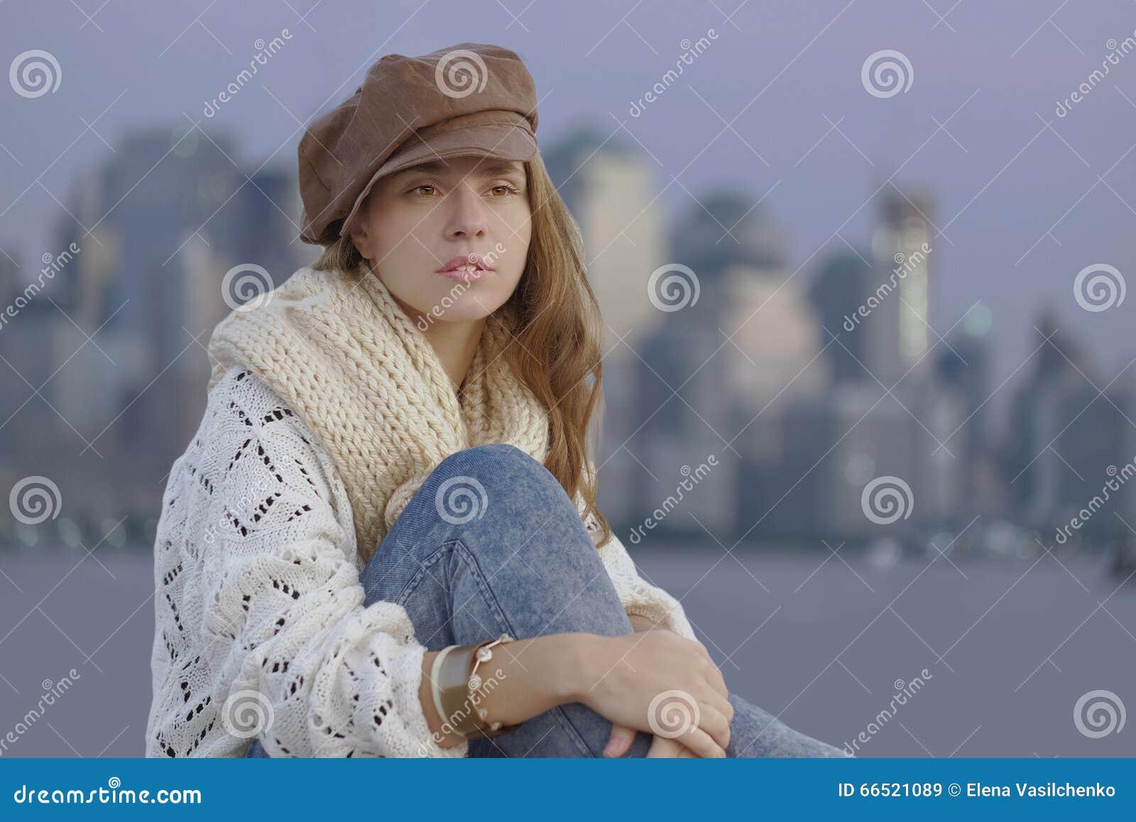 Jovem mulher que veste o kepi marrom
