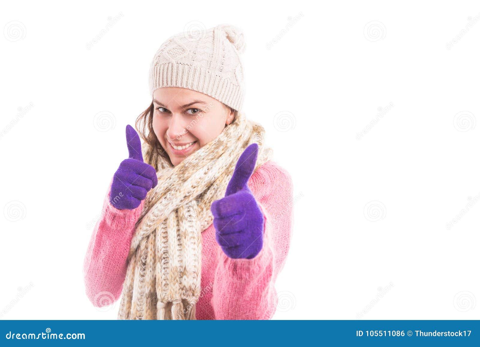 A jovem mulher que veste a roupa feita malha acolhedor que mostra o dobro gosta
