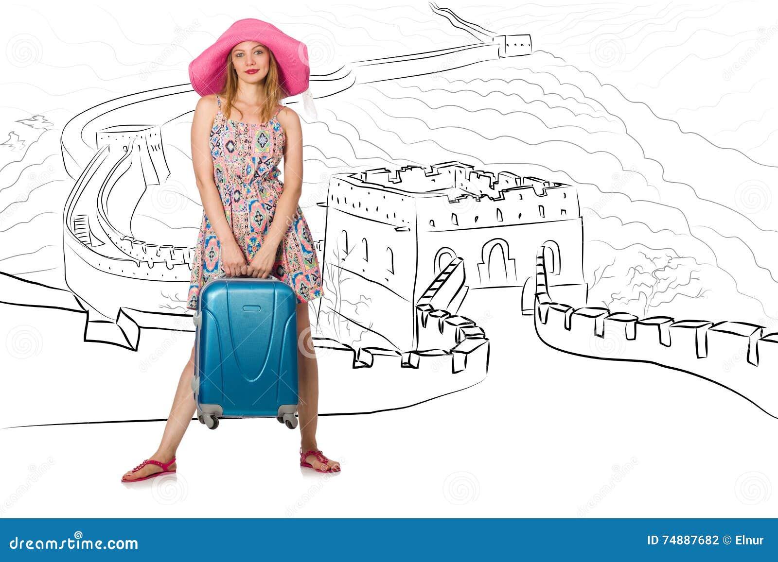 A jovem mulher que viaja à porcelana para ver o Grande Muralha