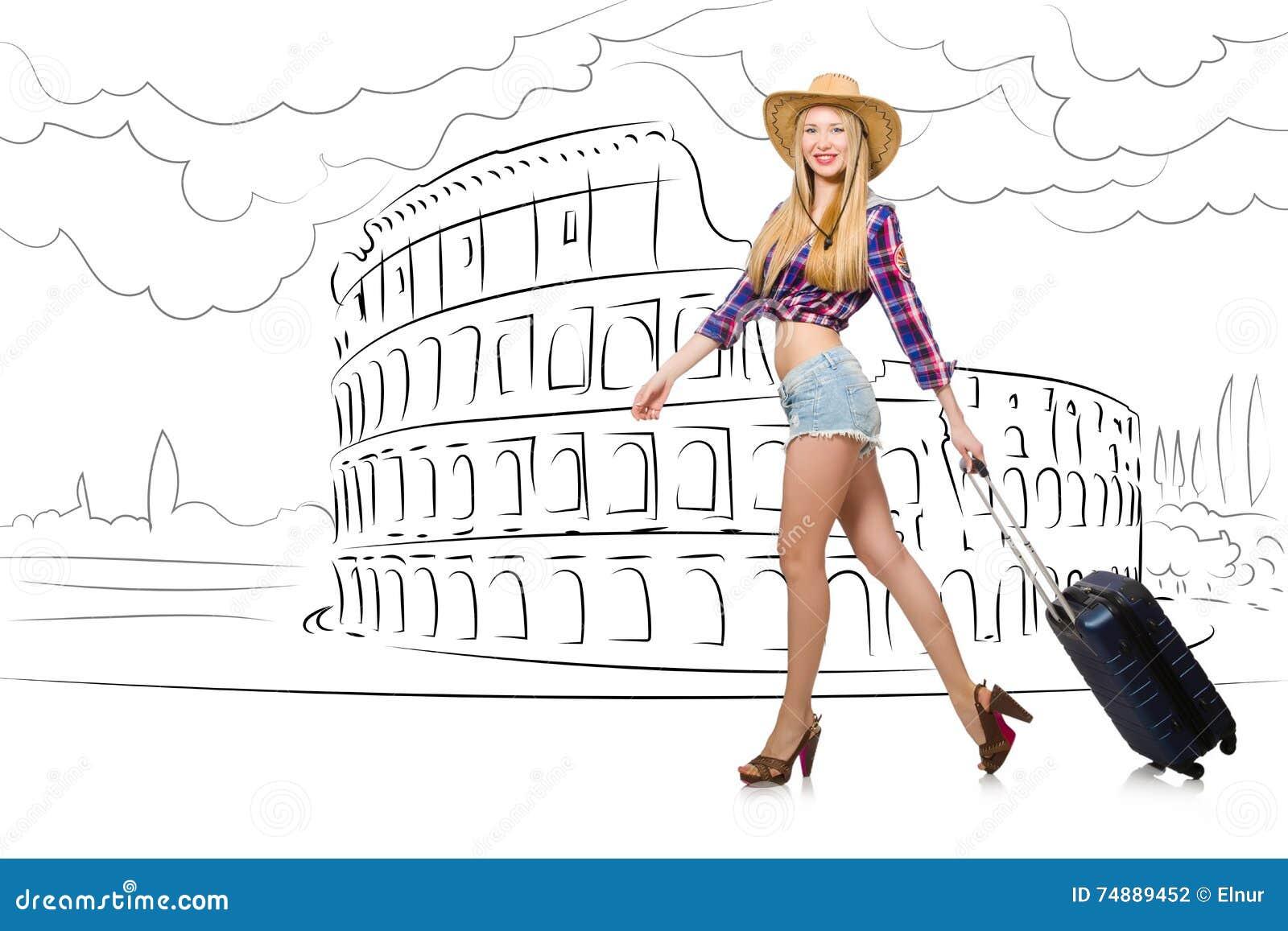 A jovem mulher que viaja a Roma em Italia