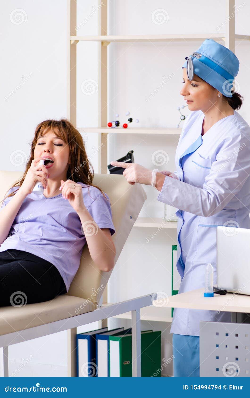 Jovem mulher que visita o otolaryngologist f?mea do doutor