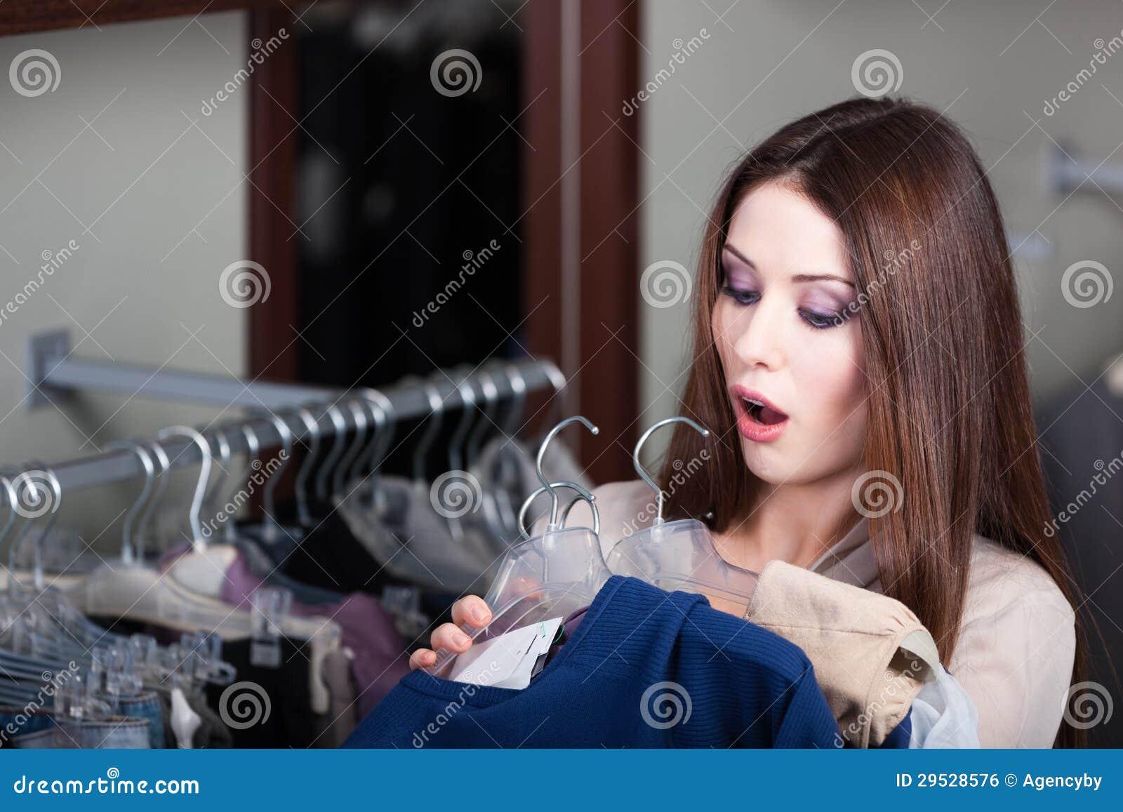 A jovem mulher quer saber a preços